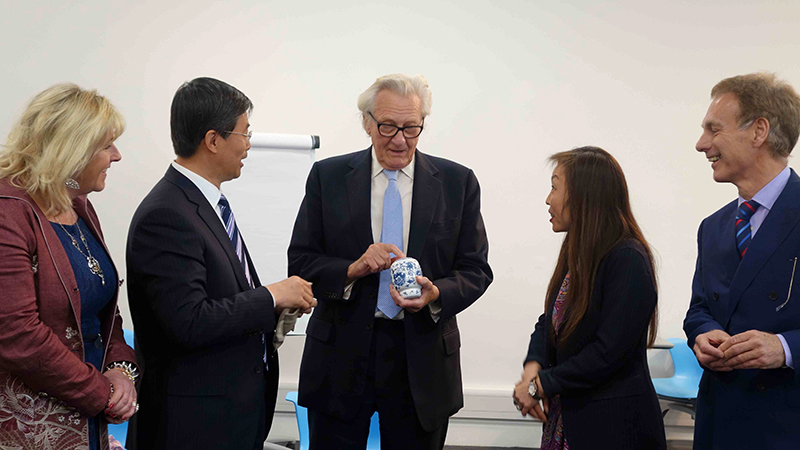 Zhu Tiezhi giving Chinese tea to Lord Heseltine