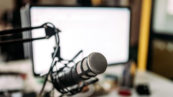 Screen and microphone setup for podcast