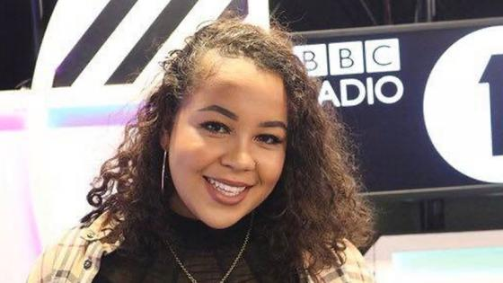 kaylee-golding-in-front-of-bbc-radio-1-sign